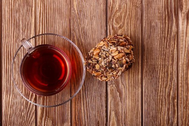 Cosecha de otoño. nueces sobre un fondo oscuro de madera reciclada, con espacio de copia ... vista superior de té, nueces