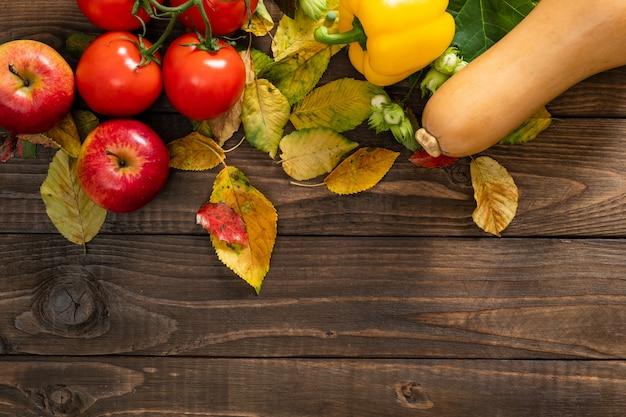 Cosecha de otoño, verduras y frutas sobre fondo de madera vieja