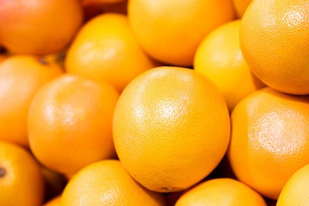 La cosecha de pomelo. montón de toronja. pomelos para texturas y fondos de alimentos. un telón de fondo de pomelos. mercado callejero de granjeros