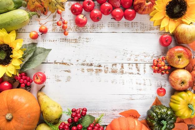 Cosecha rica de verduras y frutas en superficie de madera.