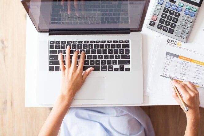 Cosechado, vista, contador, trabajando, computadora portátil