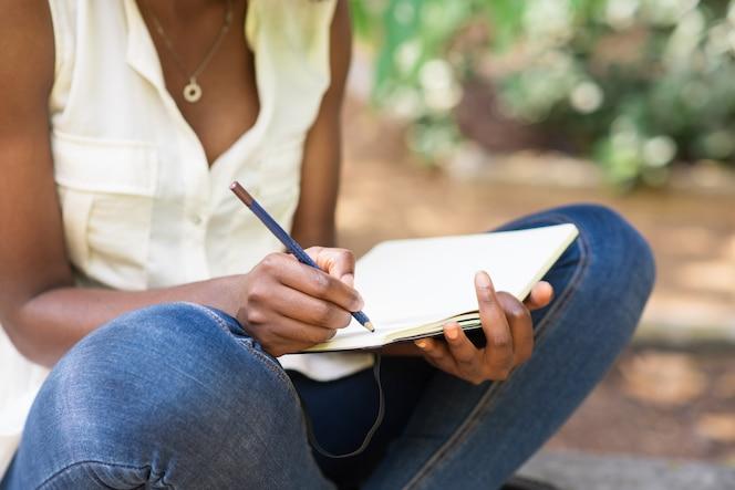 Cosechado, vista, negro, mujer, trabajando, parque