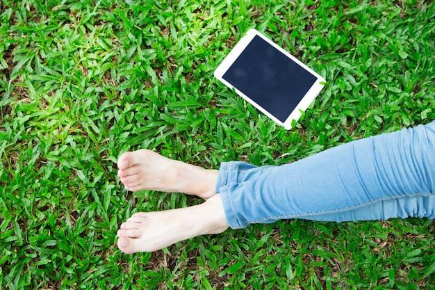 Cosechado, vista, niña, tableta, hierba
