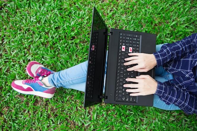 Cosechado, vista, niña, trabajando, computadora portátil, hierba