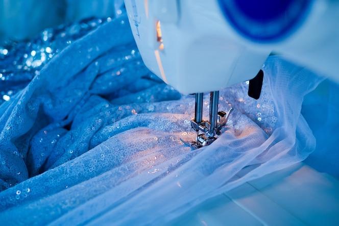 Coser la mano del primer de la máquina, cosiendo