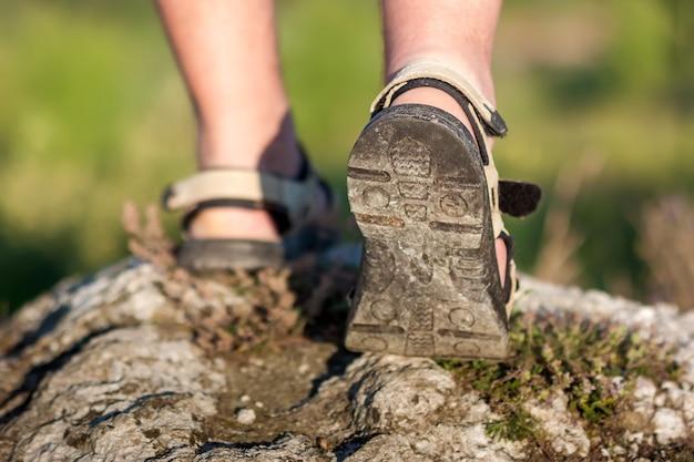 Coseup de calzado deportivo en el sendero caminando en las montañas, actividad al aire libre