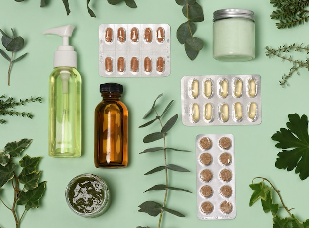 Cosmética natural con pastillas y plantas.