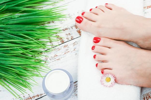 Cosmética natural para piernas. el concepto de cosmética ambiental y natural para la piel de las piernas. pies de mujer sobre una toalla