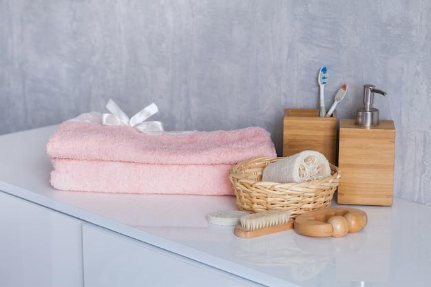 Cosméticos y accesorios de baño en mesa blanca