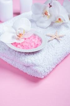 Cosméticos de la belleza del balneario en la tabla rosada desde arriba. copia espacio plano.