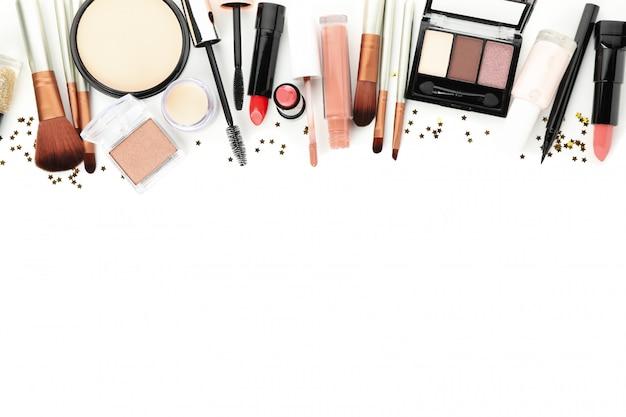 Cosméticos de maquillaje diferentes aislados sobre fondo blanco. accesorios femeninos