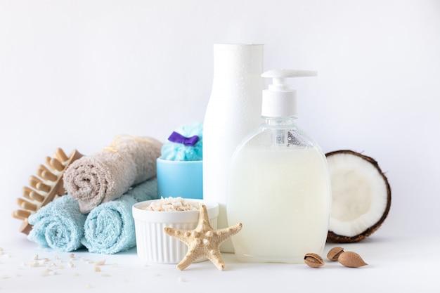 Cosméticos orgánicos naturales para el cuidado corporal y facial con aceite de coco.