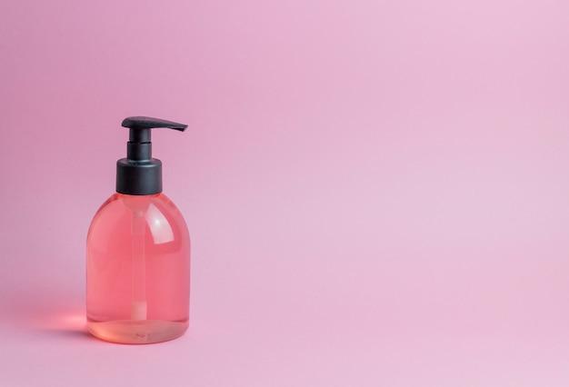 Cosméticos en rosa. minimalismo protección de la piel.