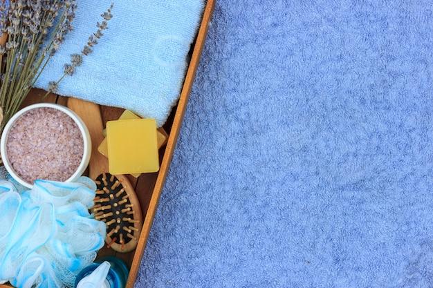 Cosméticos de spa a base de hierbas naturales con extracto de lavanda: jabón, sal, toalla, cepillo de masaje, toallita.