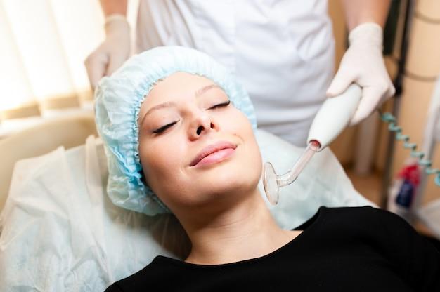 Cosmetóloga hace tratamientos de belleza.