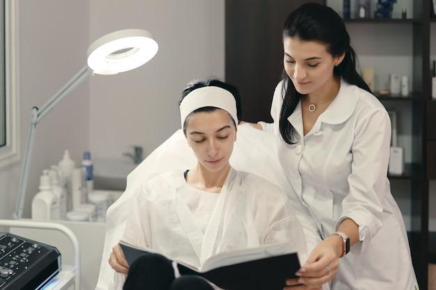 Cosmetóloga mostrando a su paciente innovaciones en cosmetología