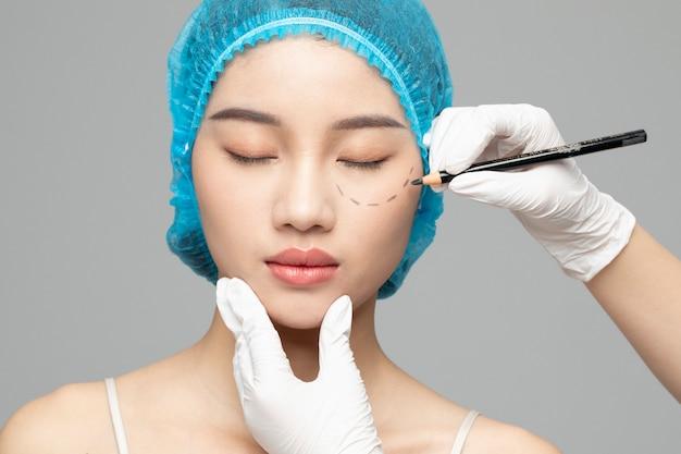 Cosmetóloga preparando a mujer para inyección