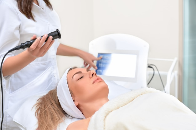 Cosmetología de hardware. primer plano de una mujer joven feliz con los ojos cerrados