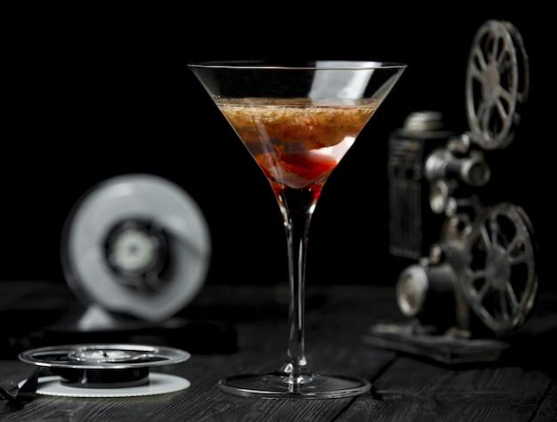 Cosmopolita roja en vidrio de forma triangular.