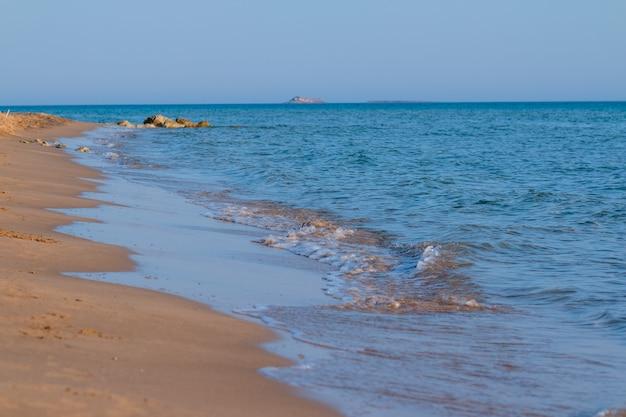 Costa y agua azul.