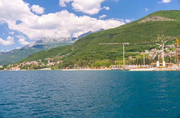 En la costa de la bahía de boka-kotorsky se encuentra la construcción de hoteles de lujo.