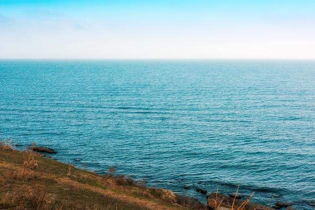 Costa del mar con agua azul