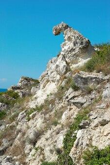 Una costa con muchas rocas grandes.