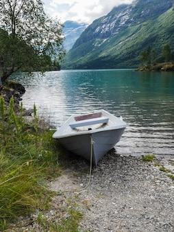 Costa noruega al norte del lago lovatnet con agua verde azul