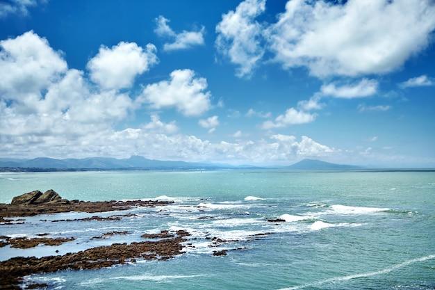 Costa del océano atlántico en el sur de francia