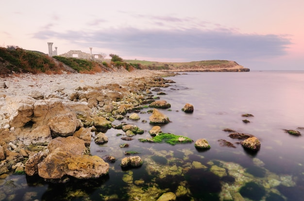 Costa rocosa abandonada cerca del mar, quersonesas