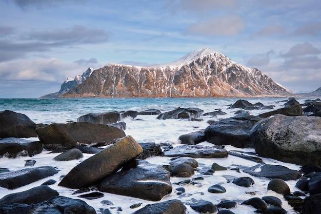 Costa rocosa del fiordo en noruega