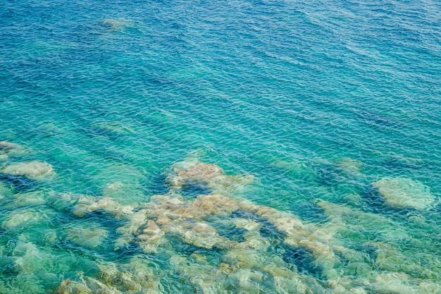 Costa turquesa del mar pedregoso con agua clara