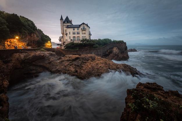 Costa valiente y bonita de biarritz en el país vasco.