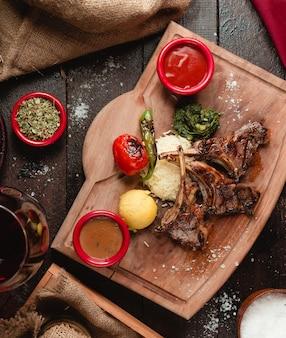 Costillas de carne en salsa con arroz y verduras.