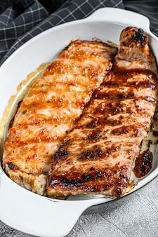 Costillas de cerdo asadas picantes a la parrilla servidas en una sartén