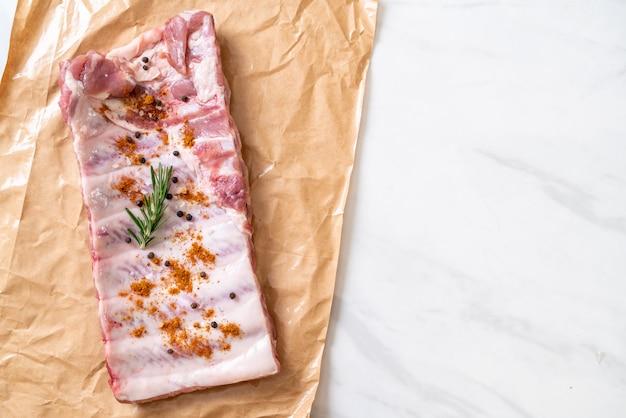 Costillas de cerdo crudas frescas listas para asar