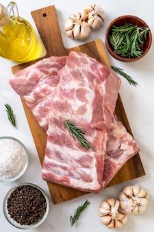 Costillas de cerdo crudas frescas