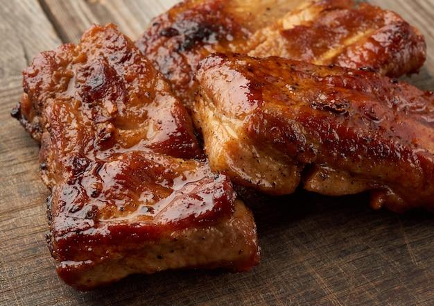 Costillas de cerdo fritas en una tabla de madera marrón