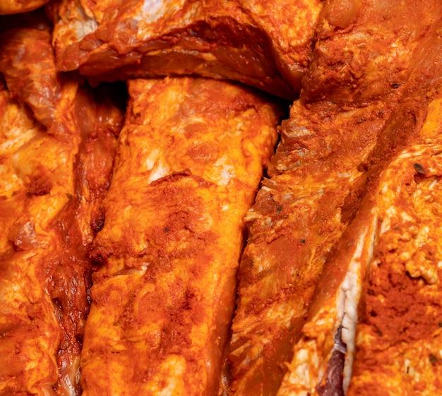 Costillas de cerdo marinadas (costillas enteras), crudas listas para cocinar
