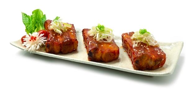 Costillas de cerdo picantes a la parrilla con salsa