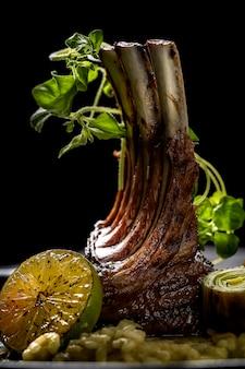 Costillas de cerdo a la plancha y diversas verduras en una leña para picar. foto de alta calidad