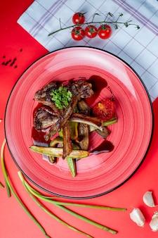 Costillas de cordero asadas con verduras