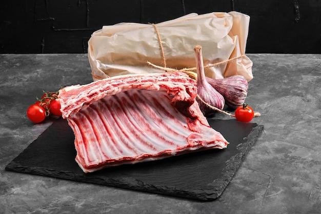 Costillas de cordero de carne fresca, con envasado ecológico. concepto de entrega de alimentos.