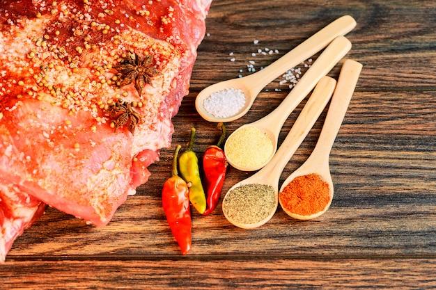 Costillas frescas de cerdo, carne marinada y preparada para asar con ajo