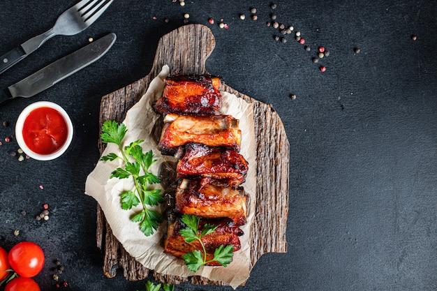 Costillas a la parrilla cerdo bbq en especias y salsa de tomate trozo de carne segundo plato snack listo para comer