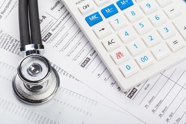 Costos del cuidado de la salud. estetoscopio y calculadora
