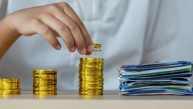 Costos de pagos de la mujer con monedas de oro.