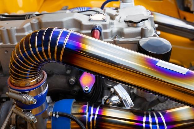 Costura soldada mig en tubo de acero inoxidable en coche de carreras