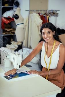 Costurera cosiendo ropa