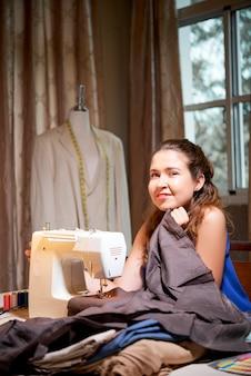 Costurera cosiendo en studio